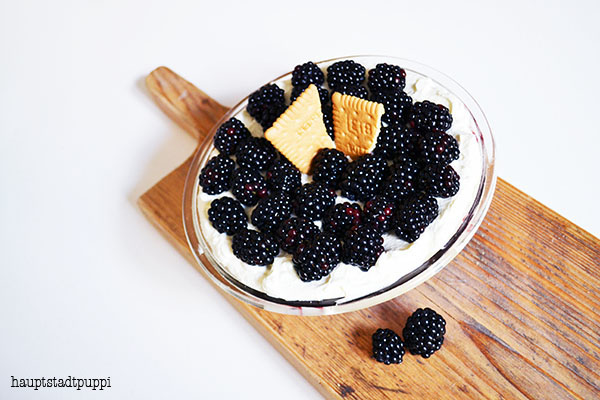 Brombeeren in Sahne-Mascarpone-Creme - amazing blackberry dessert by hauptstadtpuppi