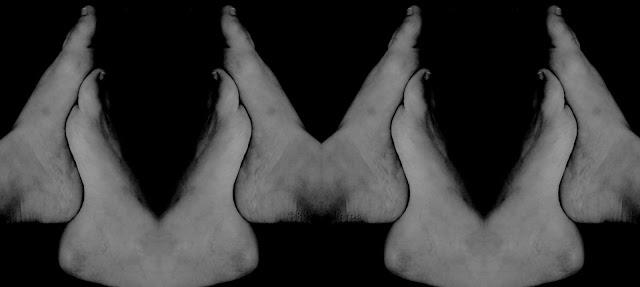 Fotografia monocromática. Sobre um fundo preto, ocupando toda a imagem, da esquerda à direita, em tonalidades de cinza e branco, são vistos os oito pés humanos, repetidos em pares, um ao lado do outro, unidos por seus calcanhares e plantas ajuntadas, como se fossem mãos em oração. Quando na união das plantas, nas curvaturas, os pés se encaixam, um mais em cima e o outro mais abaixo.Junte as plantas dos seus pés, abaixe um pouco o pé esquerdo. É isto!