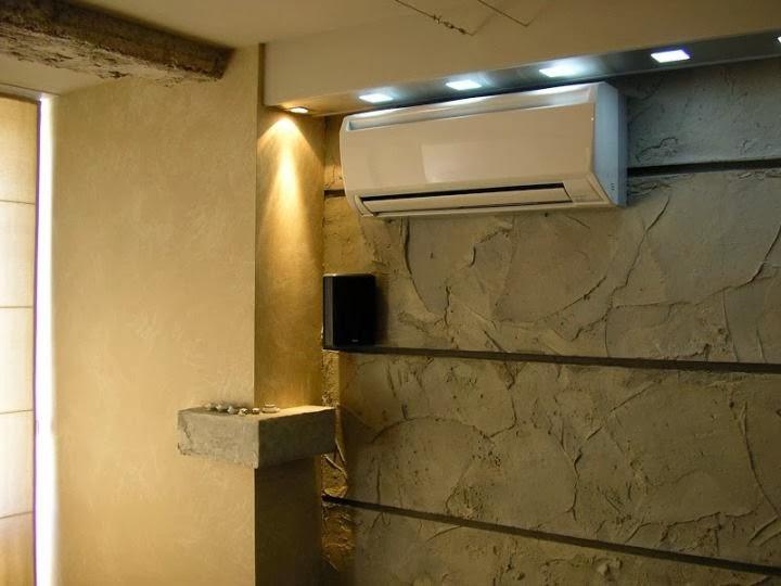 Декоративна стена комбинация на декоративна мазилка и декоративна шпакловка