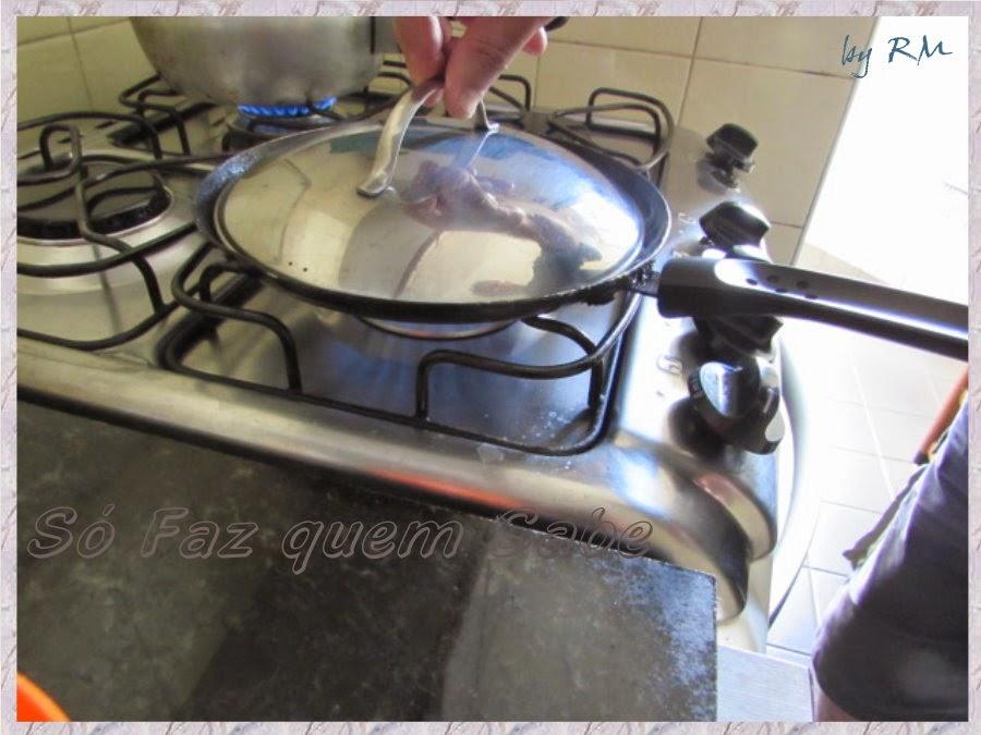 Frigideira tampada para fritar o ovo estrelado ou estralado.