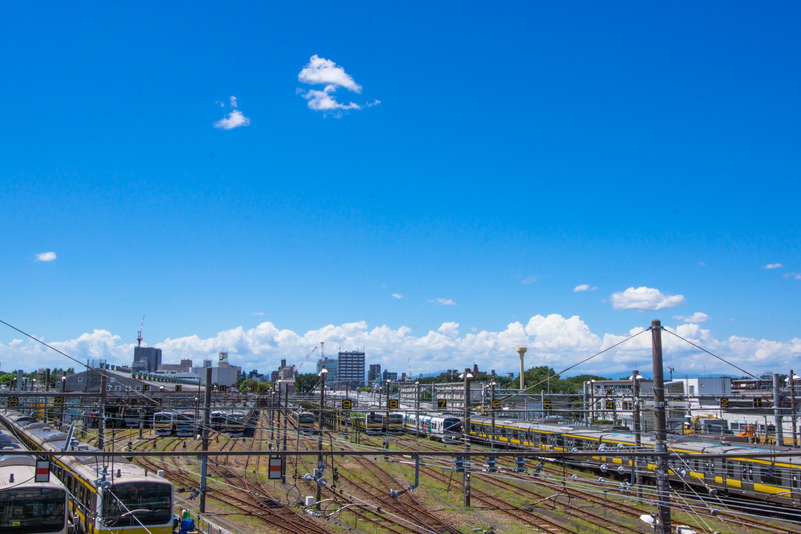 三鷹電車車庫と青空の写真