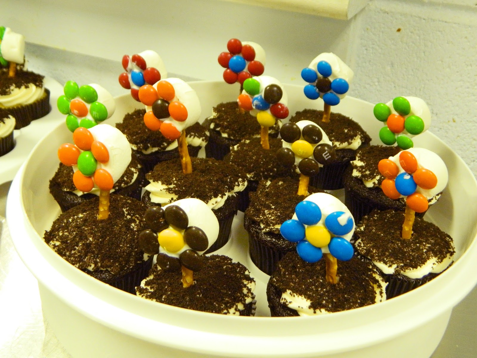 Dancing Commas :: Workshop of Wonders VBS Snack :: Cupcake Flowers