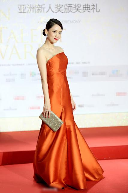Cô trang điểm và làm móng ăn nhập với bộ váy quây màu đỏ khi tới một sự kiện.