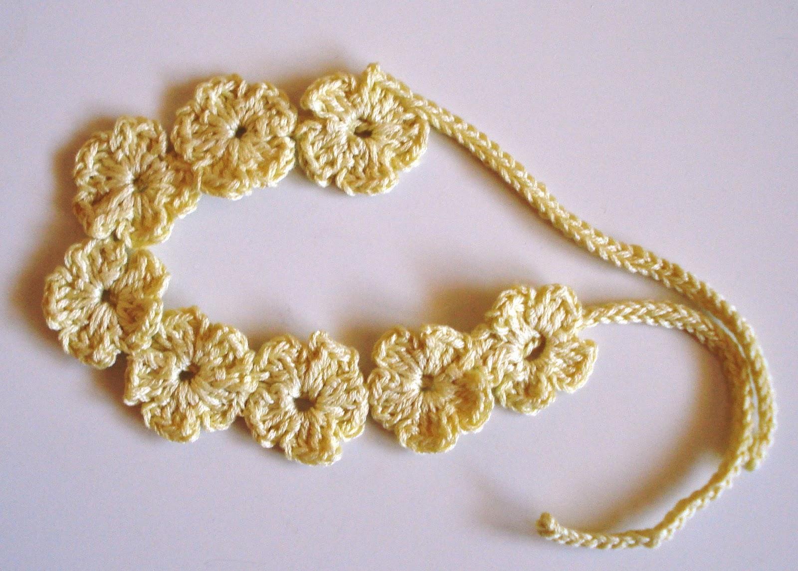 Chaleco para niña, realizado a ganchillo con hilo de algodón, y para  combinar una diadema de flores.