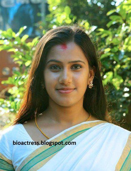 serial actress devika nambiar navel and looking sexy