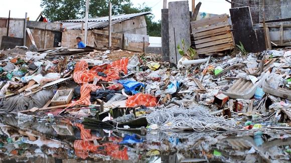 Centenas de famílias vivem em meio ao lixo e o esgoto no Dique Sambaiatuba.