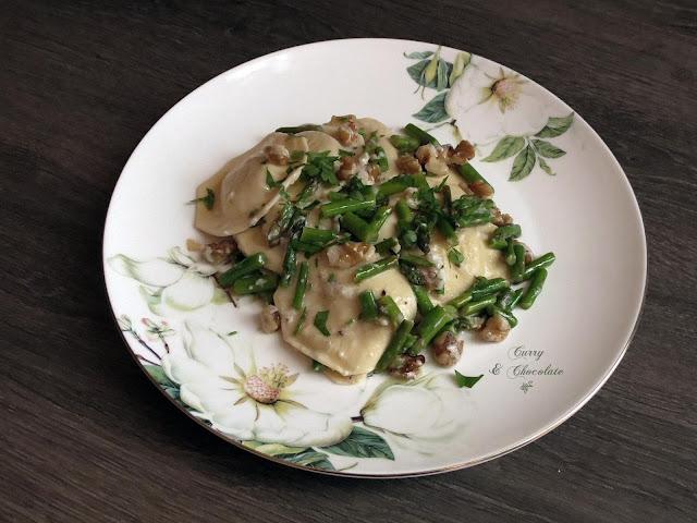 Raviolis con espárragos y nueces – Raviolis with sauteed asparagus and walnuts