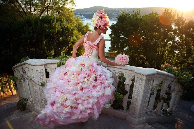 Платье с искусственными цветами