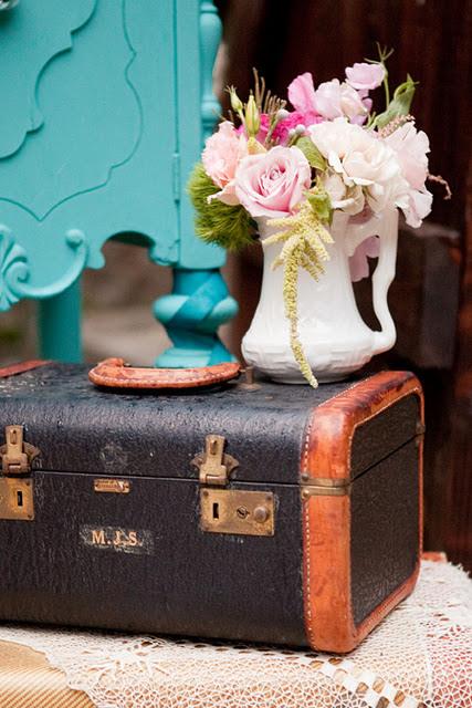 Decorar una boda con maletas antiguas y jarrones de flores en color pastel