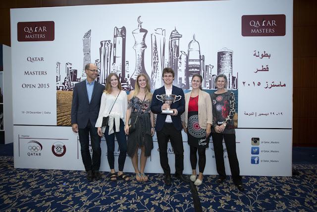 Magnus Carlsen ganador del Qatar Masters 2015 junto con su familia