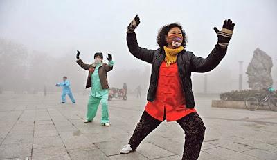 儘管霧霾肆虐,安徽阜陽市民昨晨仍堅持戴口罩在霧霾中晨運