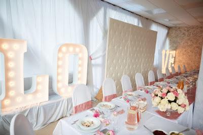 dekoracja weselna róż pudrowy, napis LOVE, pikowana ścianka