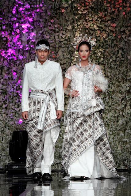 baju suku kaum bugis pasangan pengantin lelaki dan pengantin perempuan ...