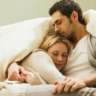 pareja joven abrazada