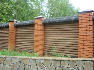Деревянный забор с кирпичными столбами. Фото 20