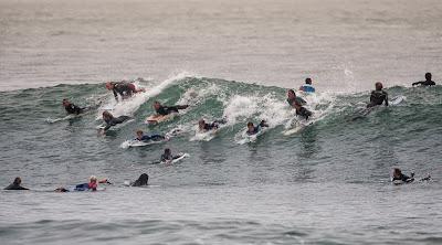 6 tips om meer golven te pakken in drukke local spots