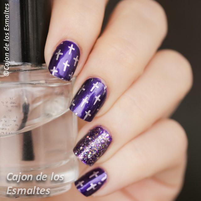 Uñas violeta con acento en glitter y estampado