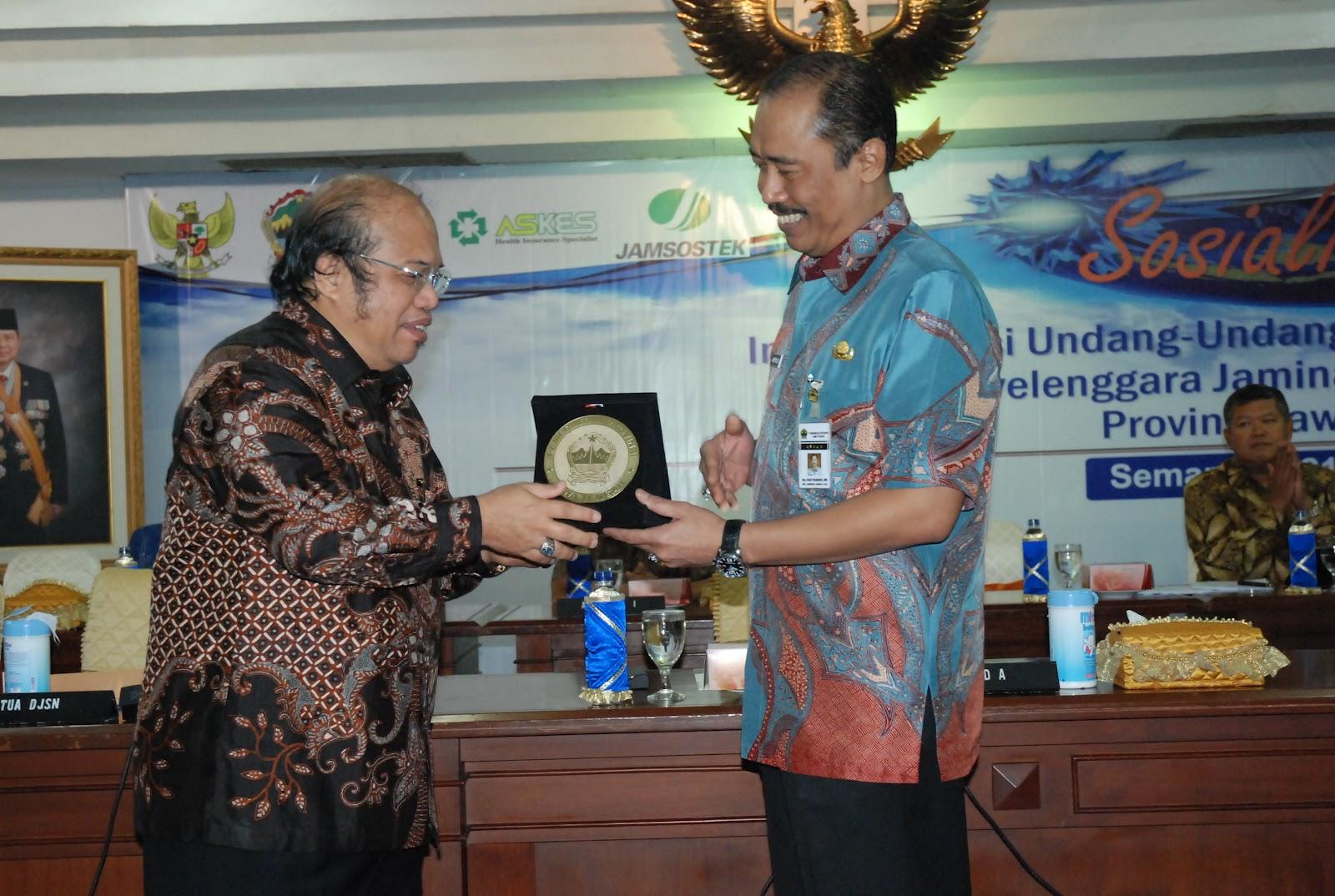 KENANG-KENANGAN: Sekda Hadi Prabowo menyerahkan kenang-kenangan