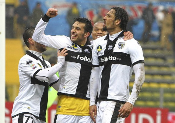 Amauri celebrates with Parma teammates after scoring a goal against Pescara