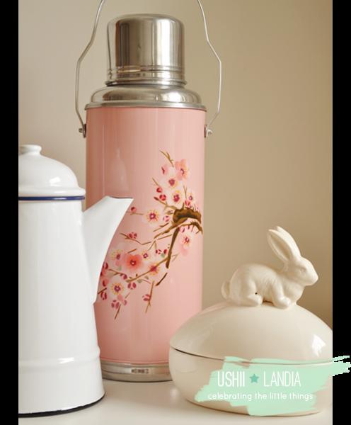 różowy termos vintage w kwiaty wiśni