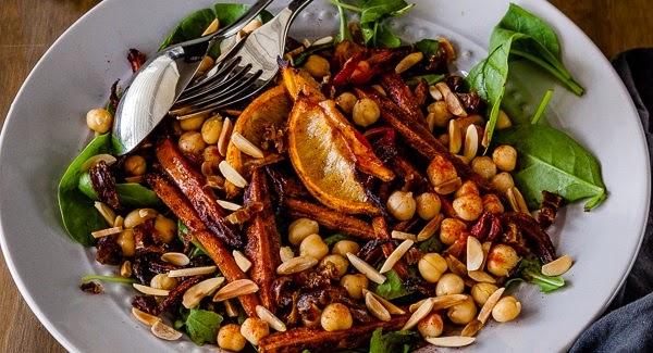Salada marroquina assada com cenoura e grão de bico