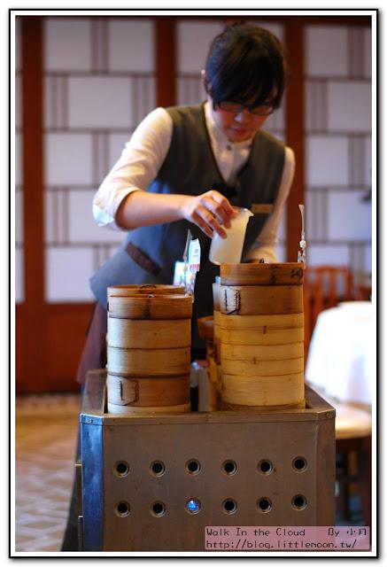 明宮粵菜廳 - 服務生與飲茶推車