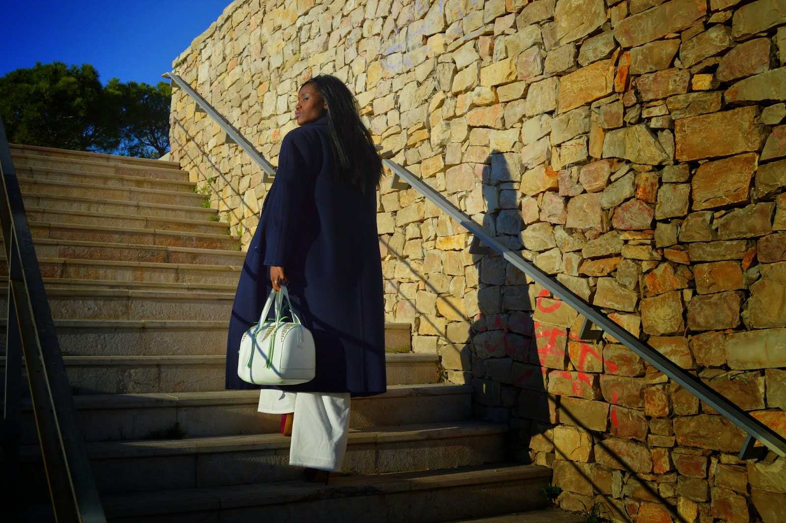 manteau long, combinaison, escarpins, sac chabrand