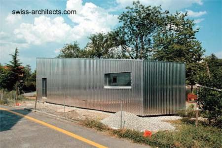 Casa de madera cubierta de chapas acanaladas de metal en Suiza