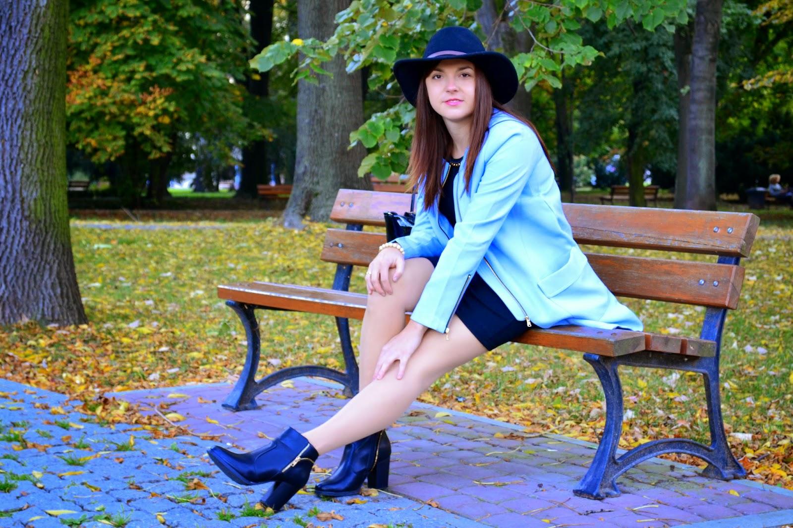 czarny kapelusz stylizacja, stylizacje z kapeluszami, pastelowy płaszcz,sukienka z botkami, pastelowe płaszcze na jesień