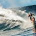Surfando nas ondas do Taiti com uma Moto