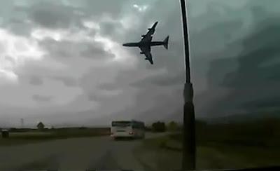 avion se cae despegando en afganistan