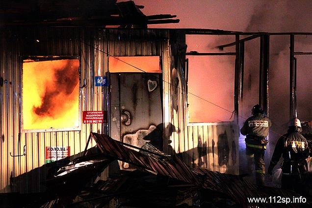 На вещевом рынке в Сергиевом Посаде сгорело несколько магазинов