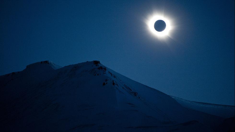 Полное солнечное затмение, город Лонгйир, Норвегия, Шпицберген.