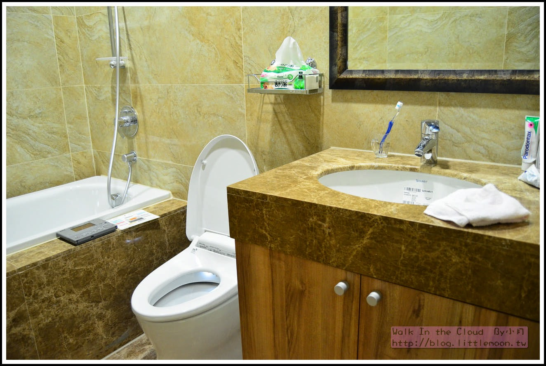 主臥浴室的馬桶與浴缸