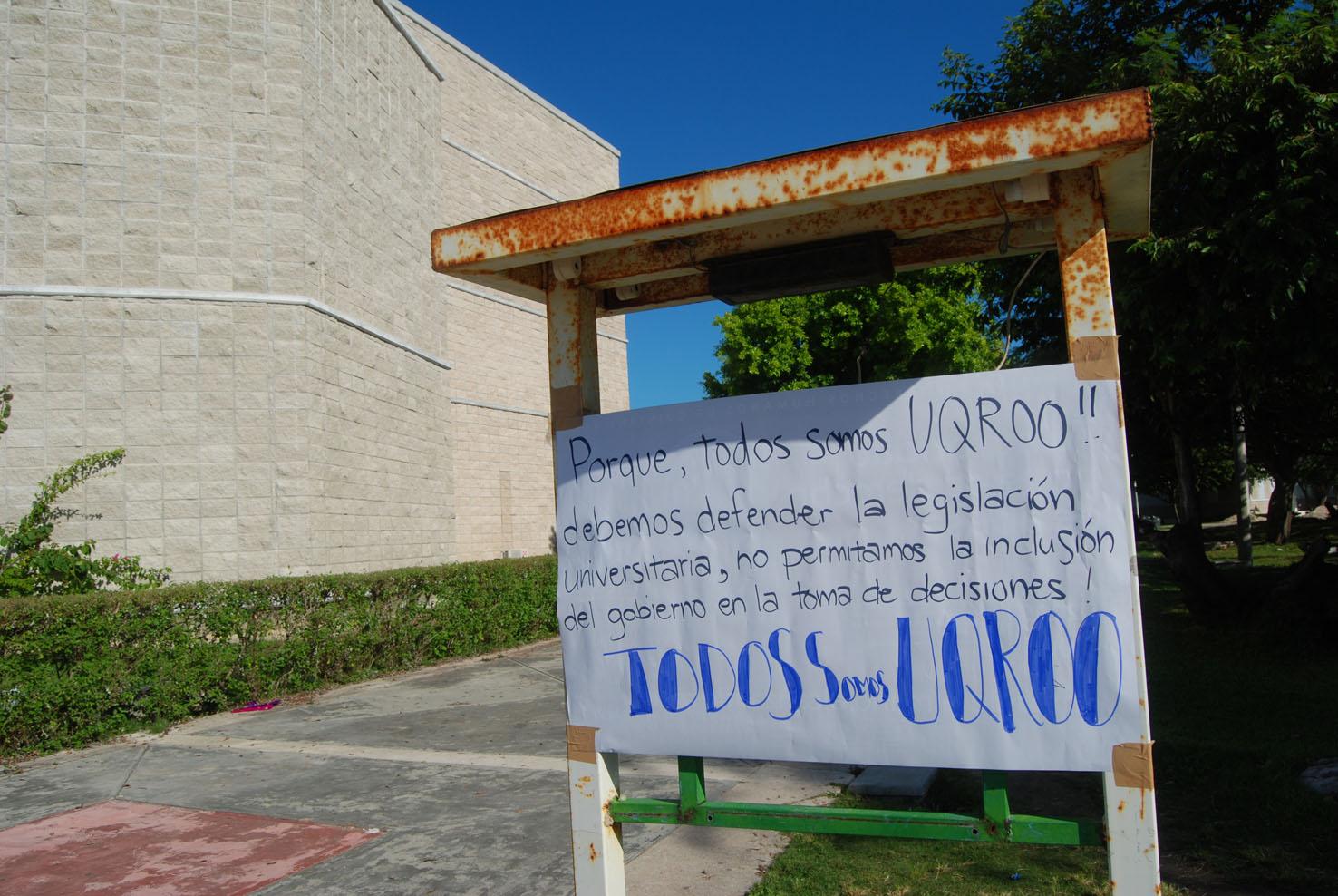 Sacudidas en frente de la biblioteca
