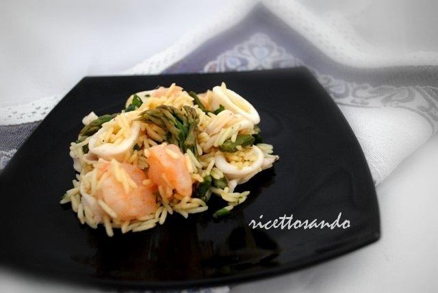 Insalata di riso e frutti di mare allo zafferano ricetta fresca
