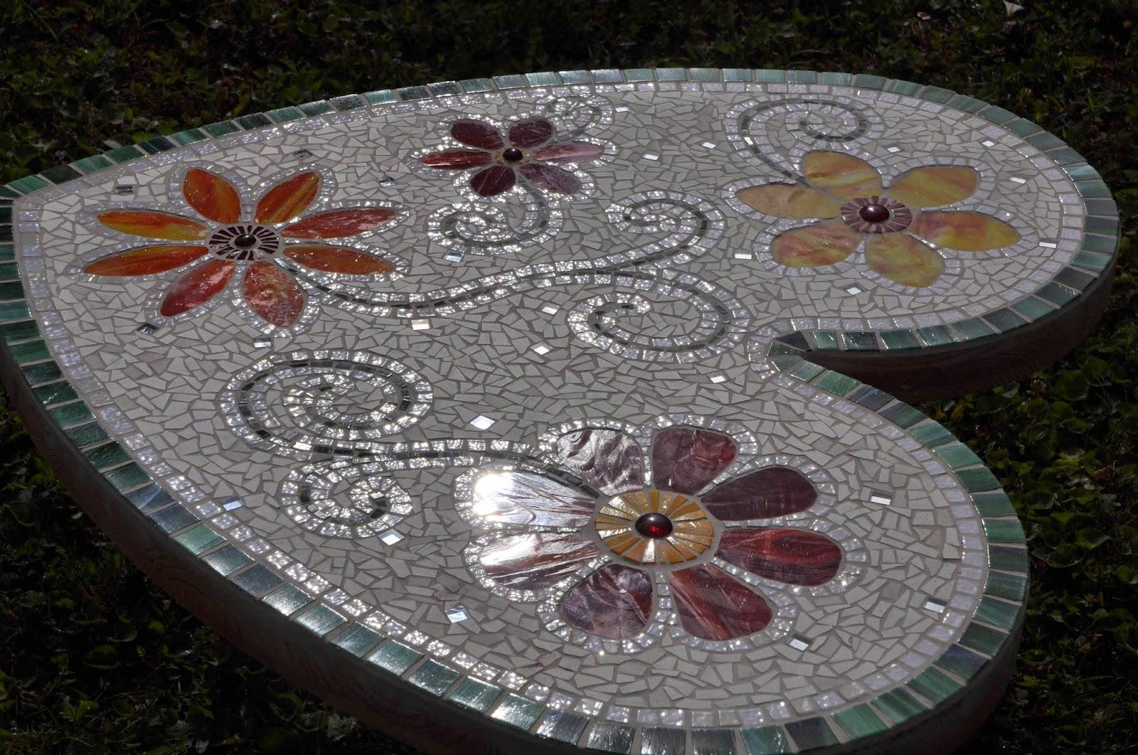 Jardin cr atif de marianne petite table en mosaique for Petite table de jardin mosaique