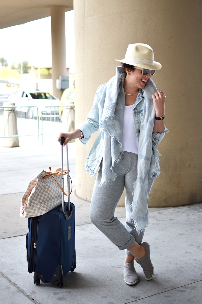 Travel airport outfit idea blogger