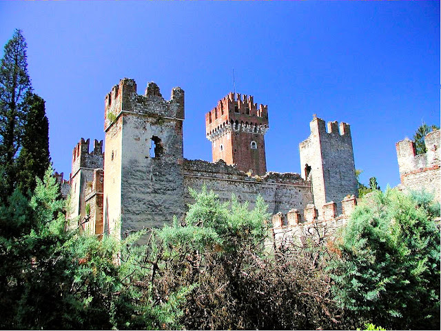 The Castle Lazise Burgtuerme, built in the ninth century, eventually landed in the hands of the prominent della Scala family, specifically Bartolomeo and Antonio.