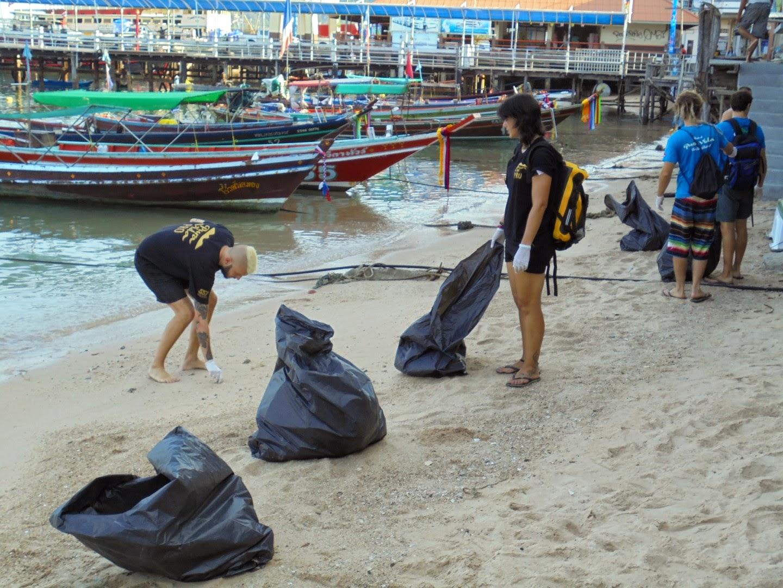 limpiando playas Tailandia