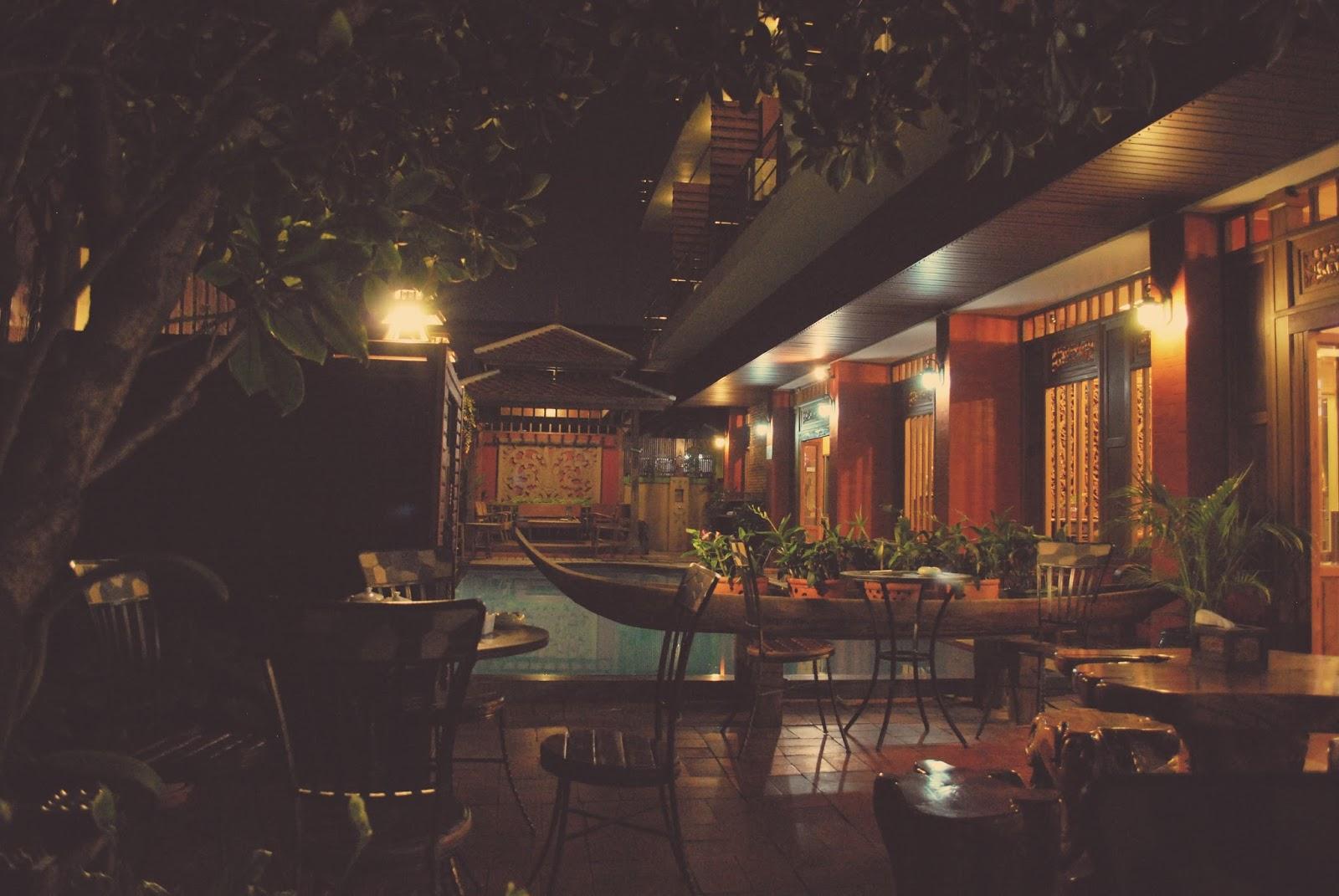Lamphu Tree House  Bangkok  U2014 2 Passeports  2 Sac