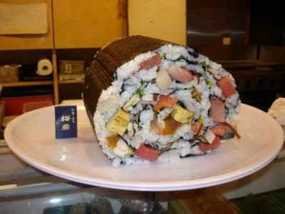 """Thưởng thức món sushi """"khủng"""" nhất thế giới, sushi lớn nhất thế giới, sushi to nhất thế giới, sushi khủng, nha hang sushi khủng, ẩm thực, khám phá ẩm thực, ẩm thực đó đây, am thuc du lich, diem an uong ngon"""