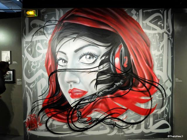graff peinture femmes arabe avec casque musique artiste Meen One, Expo Hip-Hop Institut du monde Arabe Akhenaton Paris