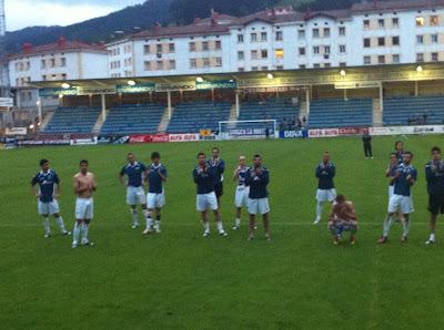 Jugadores del Oviedo aplauden a la afición presente en Ipurua