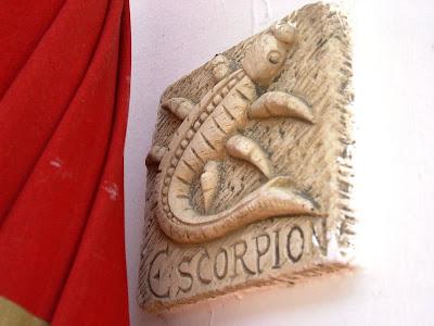 signo escorpio tallado en piedra