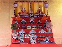 橋殿に飾ってある七段飾りの雛人形