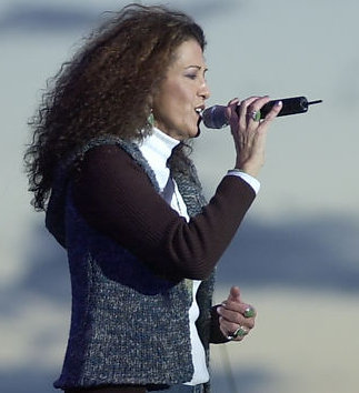 Rita Coolidge live and holding a microphone, 2002