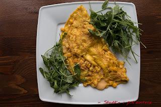 Omlet z kukurydzą i żółtym serem