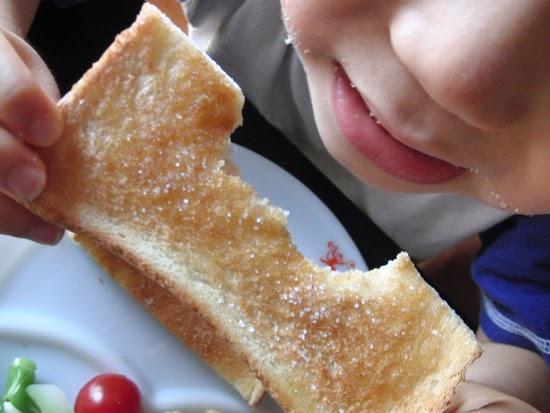 キャラメルシナモンシュガーのトーストを食べる下の子