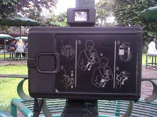 tampak belakang polaroid land camera ee100 special